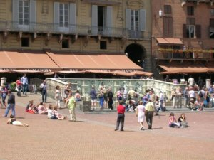 Piazza del Campo - daytime life